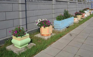 Vazony-i-cvetochnicy-iz-betona-9-400x244