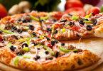 Вкусная мясная пицца