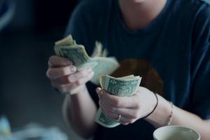 Где женщине взять деньги